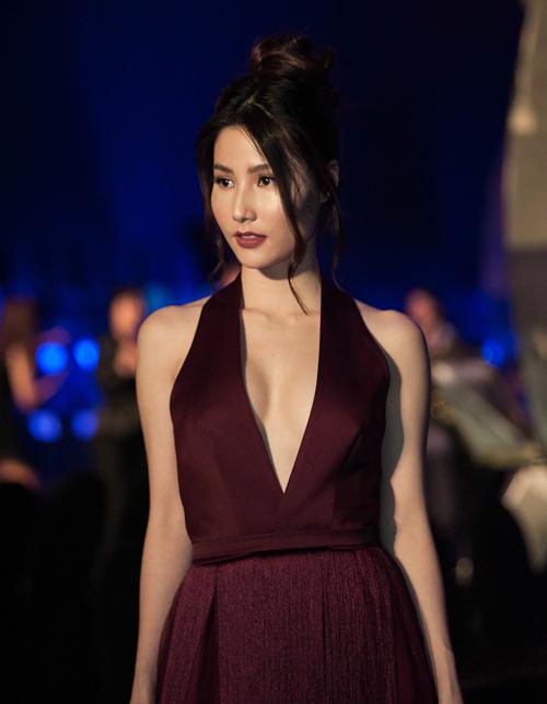 Diễm My 9x tranh thủ tạo dáng trên thảm đỏ trong bộ váy khoét cổ tôn vòng một trước khi lên sàn diễn với vai trò vedette.