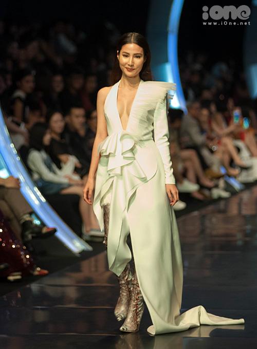 Váy dài thượt khiến Diễm My 9x suýt vấp khi làm vedette show thời trang - 1