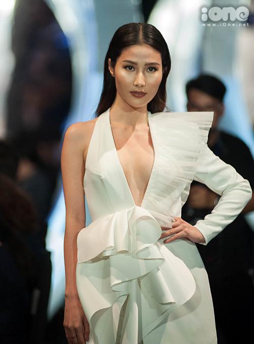 Váy dài thượt khiến Diễm My 9x suýt vấp khi làm vedette show thời trang - 2
