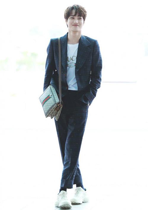 Chàng trai của Gucci Kai luôn chọn trang phục đắt đỏ, hàng hiệu khi sân bay. Anh chàng gây sốt bằng việc mặc cả cây hàng hiệu ra sân bay. Thành viên EXO toát lên thần thái sang chảnh như nhìn tổng thể vẫn thoải mái, không hề có cảm giác khoe khoang quá đà.