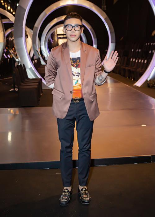 Trong sự kiện tối qua, nam stylist gốc Hà thành là một trong những khách mời diện đồ đắt đỏ nhất. Anh diện cả cây đồ Gucci, kết hợp vest của một thương hiệu thời trang trong nước.Hoàng Ku đeo là của hãng Piaget làm từ vàng hồng 18k trên website của hãng là 57 ngàn USD (tương đương 1,3 tỷ đồng  nếu về Việt Nam sẽ được bán không dưới 1,5 tỷ đồng)