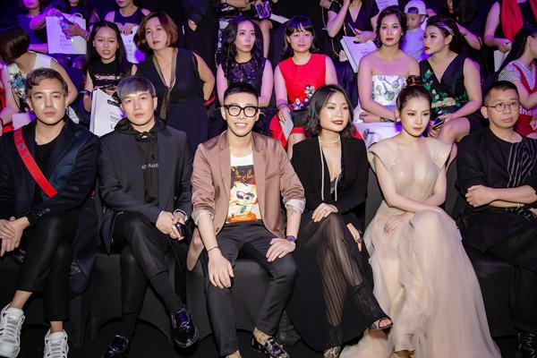 Bộ ba stylist đang hot nhất Huy Mạch - Lê Minh Ngọc - Hoàng Ku tụ hội trên hàng ghế đầu.