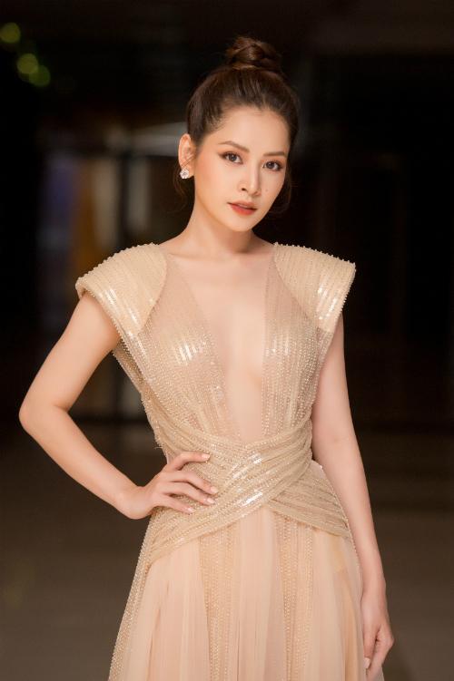 Góp mặt trong một show diễn thời trang tại Hà Nội tối qua (13/10), Chi Pu trở thành tâm điểm sự kiện bởi sắc vóc xinh đẹp và thân hình quá đỗi gợi cảm trong chiếc đầm khoét ngực sâu gam màu nude.