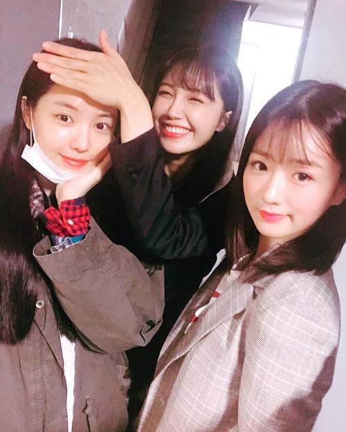 Eun Ji cười tít mắt lấy tay che trán bóng cho Na Eun.