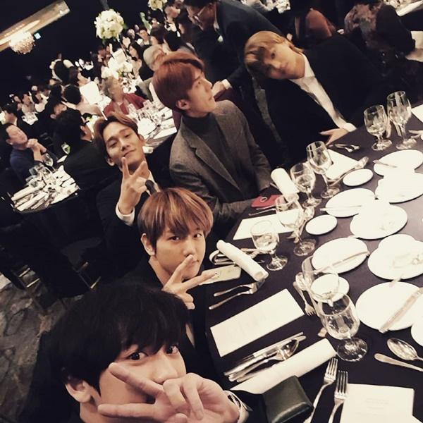 Các thành viên EXO cực bảnh đến dự đám cưới chị gái Chan Yeol.