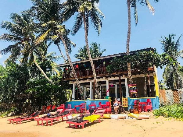 Khách sạn chuyển nhượng được cặp đôi đặt tên làLucky Beach Tangalle.