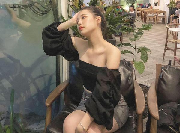 Cô nàng ưa chuộng những kiểu trang phục hở vai, tôn lên vòng một đầy đặn, vòng eo gọn gàng.