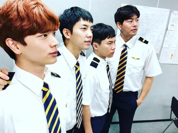 Sung Jae, Lee Seung Gi, Yang Se Hyung và Lee Sang Yoon hóa thân thành dàn mỹ nam phi công khi ghi hình All the Butlers.