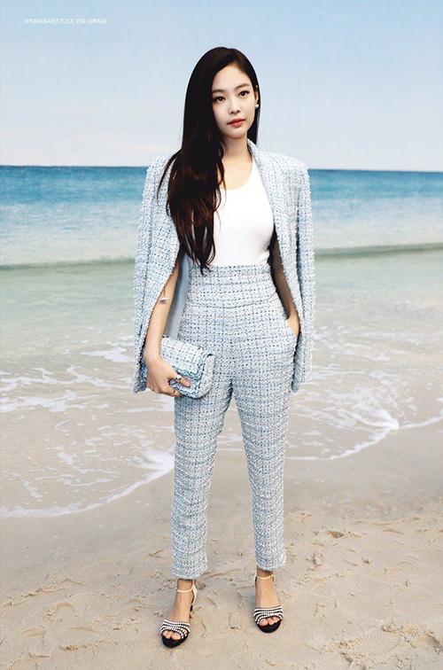 Sau Gucci, Jennie hiện là biểu tượng của Chanel. Nữ ca sĩ không hề kém cạnh các ngôi sao quốc tế khi tham dự tuần lễ thời trang.