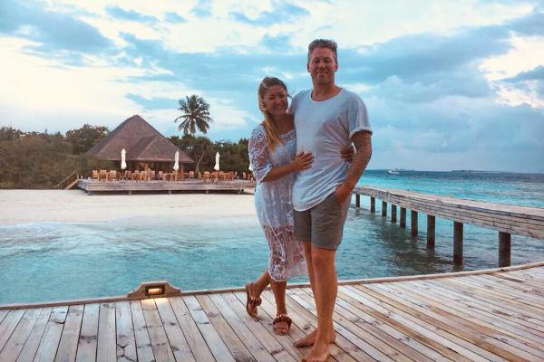 Cặp đôi đến từ London đã quyết định mua một khách sạn họ ở trong kỳ trăng mật vào lúc say rượu.
