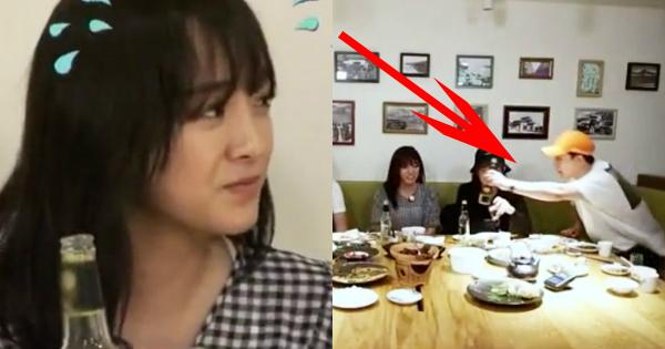 Vẻ khó xử, không thoải mái hiện rõ trên gương mặt Se Jeong.