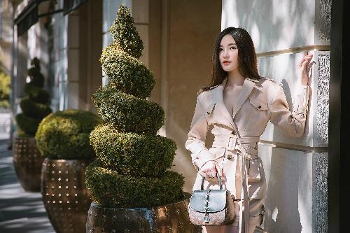 Sau thời gian dài bị chê kém sang, sến rện khi dùng đồ hiệu, Ngân Anh thời gian gần đây có sự lột xác về phong cách. Người đẹp diện những bộ cánh tiết chế hết mức từ họa tiết, phụ kiện. Bộ cánh hàng hiệu gam màu be sang trọng được cô kết hợp cùng túi xách Louis Vuitton.