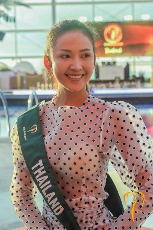 Khuôn mặt mộc bầu bình có phần già hơn nhiều so với tuổi của người đẹp Thái Lan.