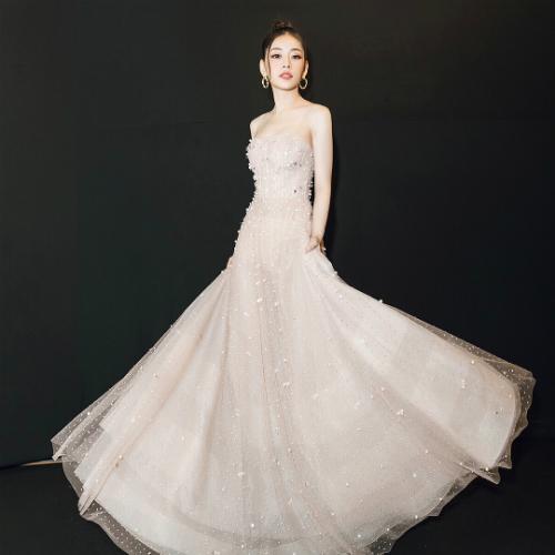 Chiếc váy hai dây được NTK Đỗ Long đính kết ngọc trai lẫn sequin tỉ mẩn, cầu kỳ giúp Chi Pu trở thành tâm điểm, thu hút mọi ánh nhìn khi xuất hiện trong một lễ trao giải âm nhạc.