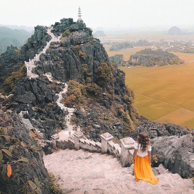 """<p> Hang Múa nằm dưới chân núi Múa hình quả chuông úp ngược, rộng 800m2. Với điểm nhấn là 486 bậc thang lên tới đỉnh núi Múa, nơi đây được ví như """"Vạn Lý Trường Thành"""" thu nhỏ của Việt Nam. Hai bên bậc thang được trang trí công phu với hình rồng phượng chạm khắc trên đá theo nghệ thuật thời Trần.</p>"""