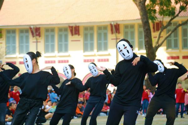 Cũng thi đấu trên nền nhạc Đóa hoa hồng, nhưng các bạn lại chọn biến thành Vô Diện với những chiếc mặt nạ không lẫn vào đâu được.