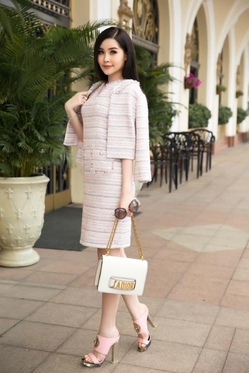 Đôi sandals cao gót gam màu hồng thạch anh có giá hơn 45 triệu đồng của Ngân Anh bị chê lạc điệu khi kết hợp cùng túi xách Dior và bộ cánh chất liệu tweed.