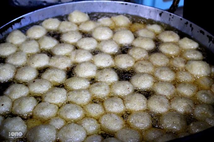 <p> Sau đó là đến công đoạn nặn bánh, rán bánh trong khoảng 30 - 35 phút.</p>