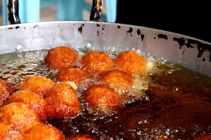 Ghé Hàng Chiếu thưởng thức bánh rán mật nóng hổi, giòn thơm