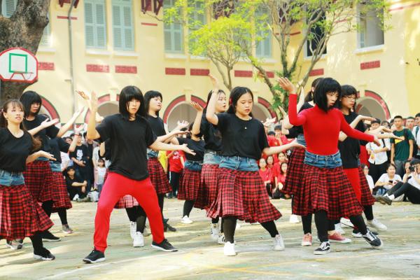 Không chỉ gây chú ý với tạo hình, phần đồng diễn flashmob của lớp 12D10 cũng hấp dẫn không kém với vũ đạosáng tạo và cực kì lôi cuốn.