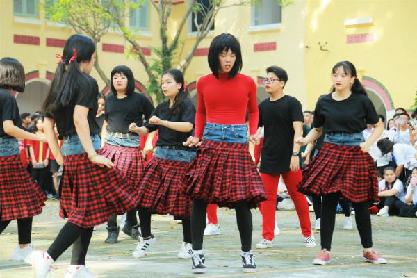 Tạo hình có 1-0-2 của Chipu cùng trang phục đỏ đen với điểm nhấn là chiếc váy carô đỏ đen được nam sinh Marie Curie cosplay lại khá giống với bản gốc