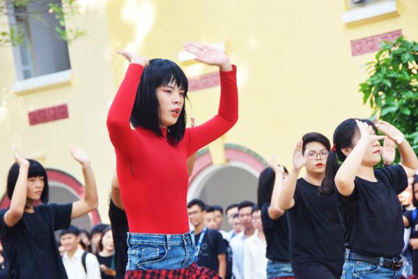 Teen Marie Curie hóa Chi Pu, nhảy Đóa hoa hồng cực sung - 2