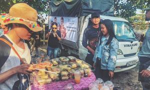 Học theo Hàn Quốc, fan 'Hậu duệ Mặt trời' tặng đoàn phim cả xe tải đồ ăn