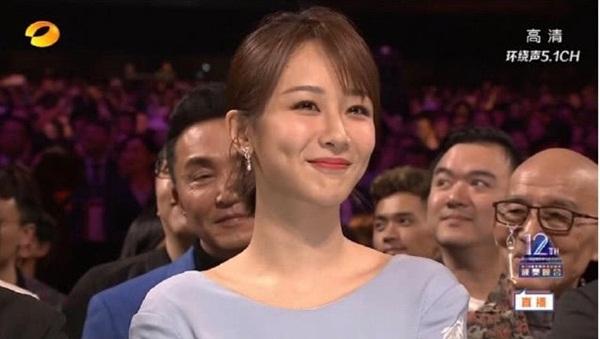 Cũng trong sự kiện, Dương Tử trông khá tươi tắn nhưng trang QQ nhận xét nữ diễn viên có ngũ quan hơi đơ cứng do cách trang điểm.
