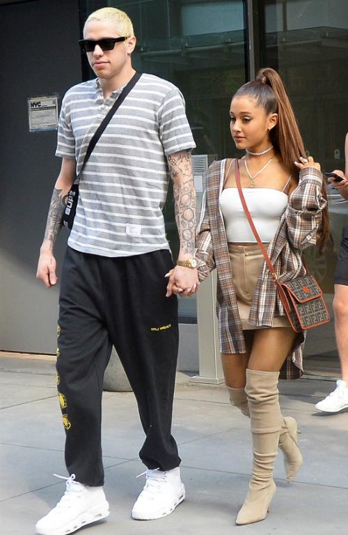 Ariana từng gây choáng khi vội vàng đính ước với Pete Davidson.