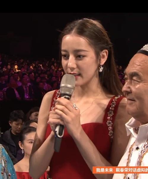 Ảnh cận mặt của nữ thần Kim Ưng Địch Lệ Nhiệt Ba trên sân khấu có ánh sáng tốt hơn giúp cô không bị dìm quá.
