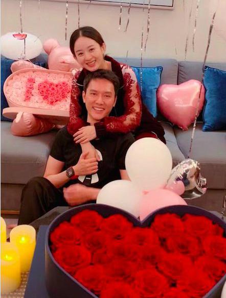 Nàng Sở Kiều chia sẻ khoảnh khắc hạnh phúc ôm chồng trong ngày sinh nhật 31 tuổi với hoa hồng trái tim lãng mạn.