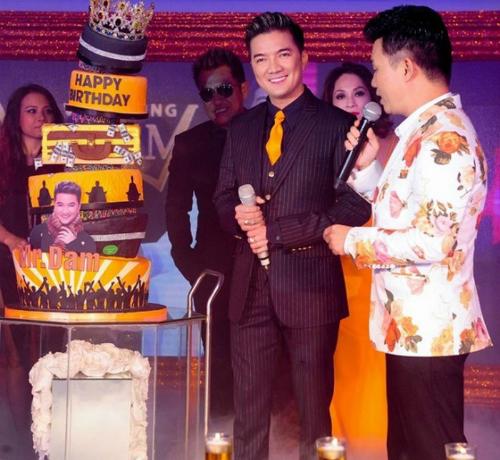 Sở hữu lượng fan hùng hậu, dịp sinh nhật, Đàm Vĩnh Hưng nhận quà khủng từ fan. Chiếc bánh kem dát 100 chỉ vàng in hình con rồng tượng trưng cho quyền lực của Ông hoàng nhạc Việt được gửi đến tiệc sinh nhật của nam nghệ sĩ.