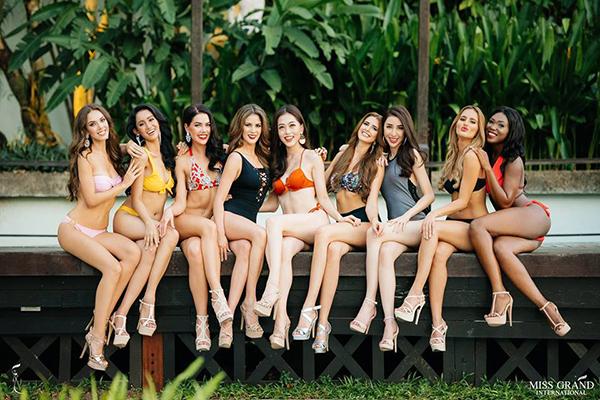 Top 9 thí sinh có bức ảnh chân dung được bình chọn nhiều nhất cuộc thi Miss Grand International 2018 vừa thực hiện bộ ảnh bikini tại một khách sạn hạng sang ở Myanmar.