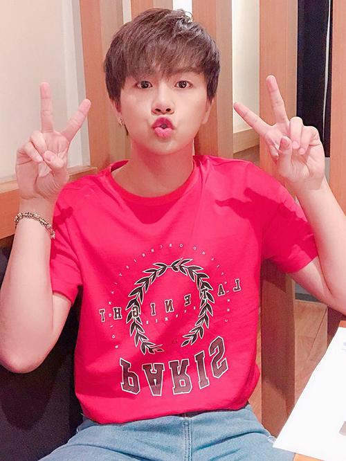 Duy Khánh được fan khen càng ngày càng trẻ ra, lúc chu môi xì tin trông chẳng khác gì teen boy.