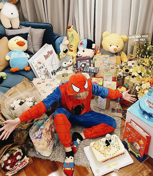 Đức Phúc hóa Người nhện trong ngày sinh nhật, hạnh phúc đón nhận núi quà từ fan.