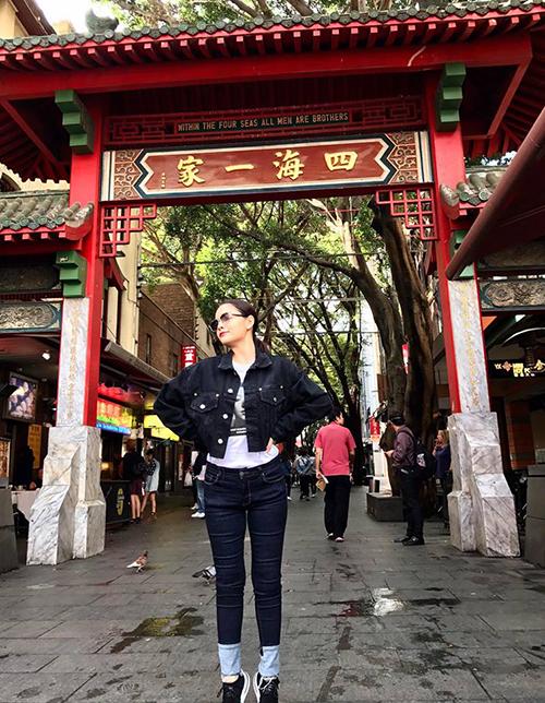 Phạm Quỳnh Anh bị fan phát hiện nhón chân hết cỡ khi chụp ảnh để tăng chiều cao.