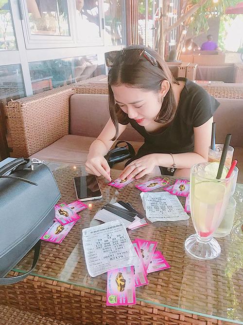 Trang Cherry tìm vận may bằng cả chục tờ vé số.