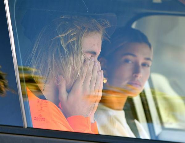 Justin buồn bã sau khi nghe tin Selena nhập viện.