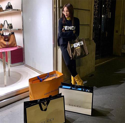 Sau 4 năm đăng quang Hoa hậu Việt Nam, Kỳ Duyên từ một cô gái Nam Định giản dị, thiếu kiến thức thời trang đã trở thành yêu nữ hàng hiệu của Vbiz. Hình ảnh của cô luôn gắn liền với những món đồ đắt đỏ, những chuyến shopping mỏi tay.