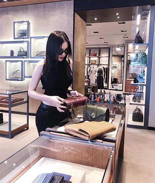 Cuộc sống xa hoa của Kỳ Duyên được chứng minh bằng việc cô nàng liên tục đi mua sắm.