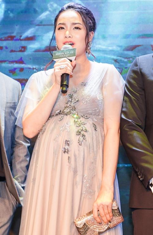 Đinh Ngọc Diệp vác bụng bầu vượt mặt cùng chồng dự ra mắt phim - 2