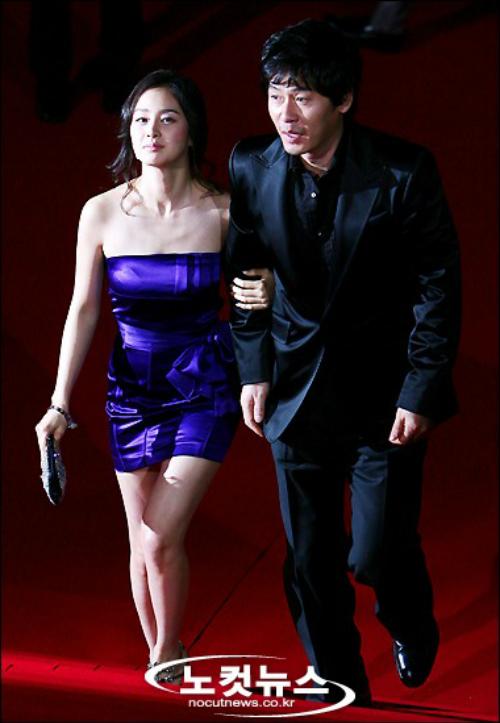 Kim Tae Hee khoe đường cong gợi cảm trong thiết kế lụa ôm sát màu tím. Tuy nhiên, chất liệu và kiểu dáng của chiếc váy làm giảm đi phần sang trọng cho hình ảnh nữ diễn viên.