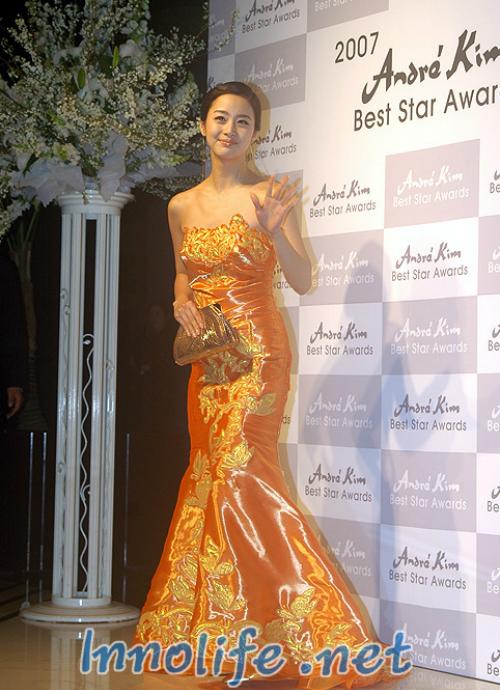 Trong lễ trao giải Andre Kim Best Star năm 2007, Kim Tae Hee mặc bộ đầm màu cam với chất liệu vải phi bóng sến sẩm.