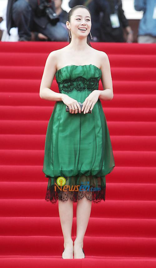 Xét về nhan sắc, Kim Tae Hee luôn lọt top những ngọc nữ hàng đầu làng giải trí Hàn Quốc. Cô cũng nổi tiếng trong việc giữ gìn hình ảnh trong mắt người hâm mộ. Tuy nhiên trong quá khứ, Kim Tae Hee cũng nhiều lần mắc lỗi trang phục. Ảnh chụp nữ diễn viên xuất hiện tại lễ trao giảiBaeksang Arts Awards năm 2007. Bộ váy màu xanh diêm dúa quá mức khiến diện mạo Kim Tae Hee trở nên kém sang.