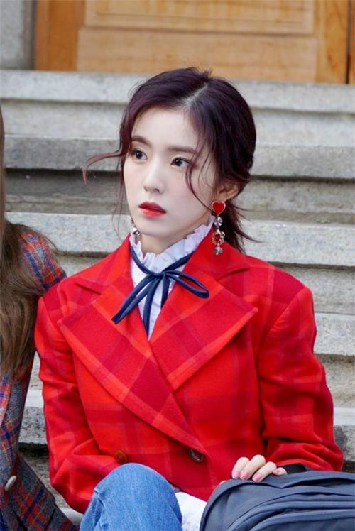 Khi không cười, Irene có hình tượng xa cách và vẻ đẹp như không có thực. Nhiều ý kiến khẳng định nữ ca sĩ là phiên bản đời thực của búp bê Barbie.