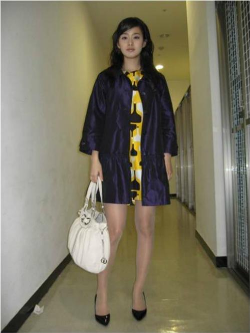 Có thể thấy khoảng 10 năm trước, Kim Tae Hee rất chuộng các item màu mè lòe loẹt. Cách phối đồ không ăn nhập khiến hình ảnh cô nàng bị dìm đáng kể.