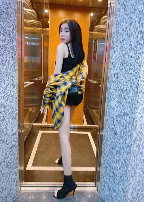 Elly Trần luôn khiến fan thấy khó tin vì có vẻ ngoài ngây thơ như teen girl nhưng đã là bà mẹ hai con.
