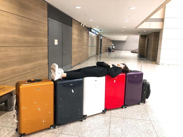 Hành động bá đạo của Hari Won - xếp nguyên dãy vali thành giường nằm ngủ ngon lành khiến fan cười ngất.