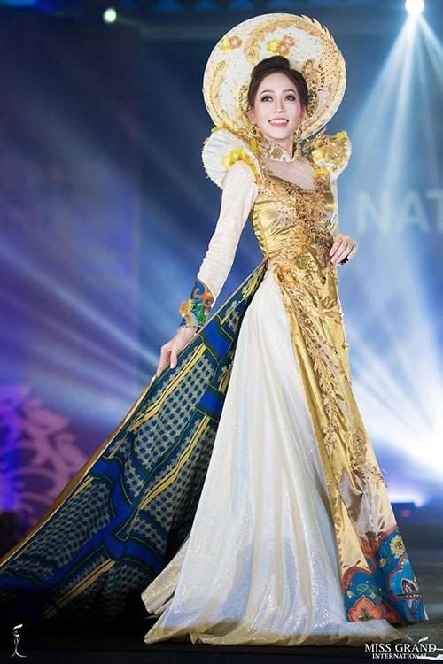 Trang phục dân tộc của Phương Nga.