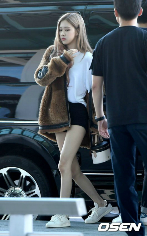 Trong 4 thành viên Black Pink, nếu như Jennie có style pha trộn giữa vẻ đẹp sexy và cute, Lisa hiện đại theo kiểu nghịch ngầm, Ji Soo nữ tính duyên dáng thì Rosé hợp phong cách trẻ trung, tinh nghịch, ngọt ngào nhưng cũng không kém phần thanh lịch.